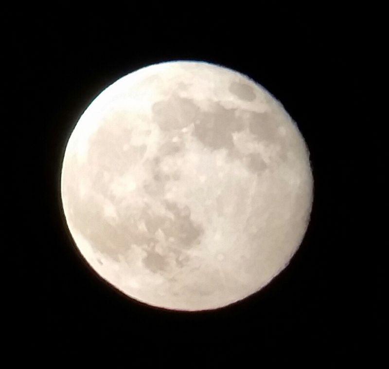 Bild vom Mond bei vollmond - fotografiert durch ein Smartphone